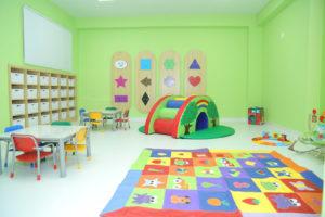 Na Sala Psicomotora, as crianças são estimuladas sensorialmente por meio de uma diversidade de materiais, painéis interativos, brinquedos, músicas e rodas de histórias.